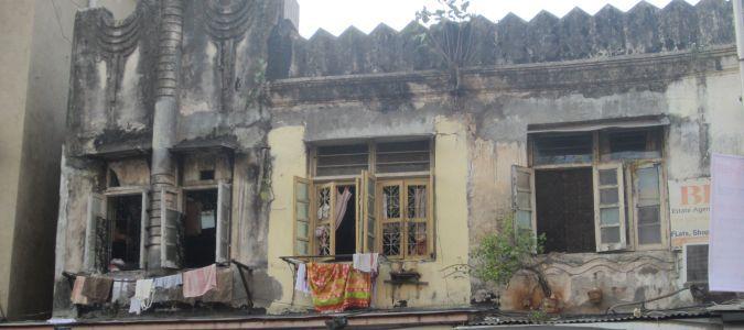 Sypiące się budynki w Mumbaju