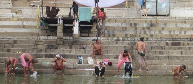 Varanasi - kąpiel w Gangesie