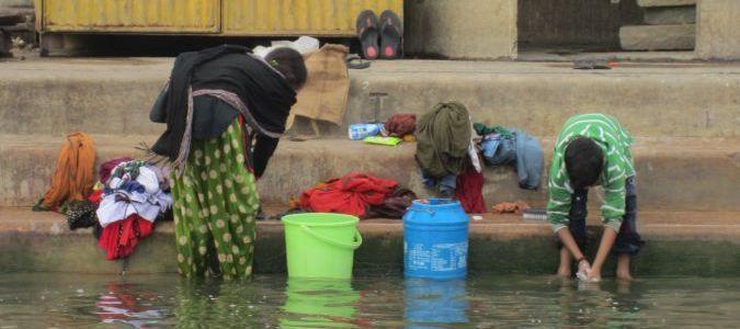 Varanasi - pranie w Gangesie