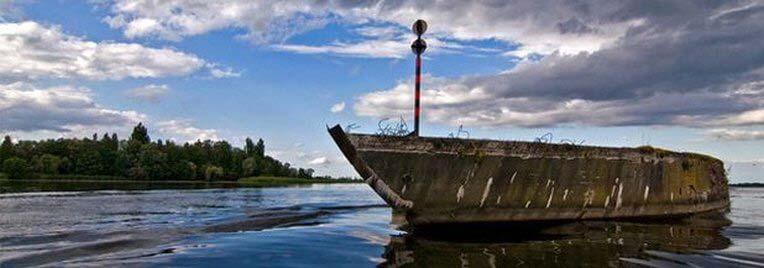 Betonowiec na jeziorze Dąbie